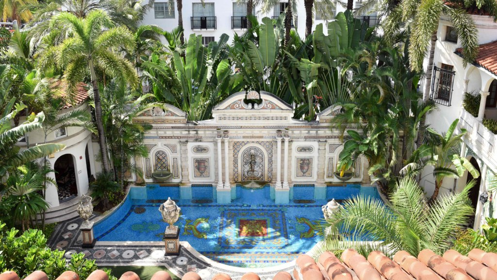 Villa Casa Casuarina pool view in the courtyard of the hotel