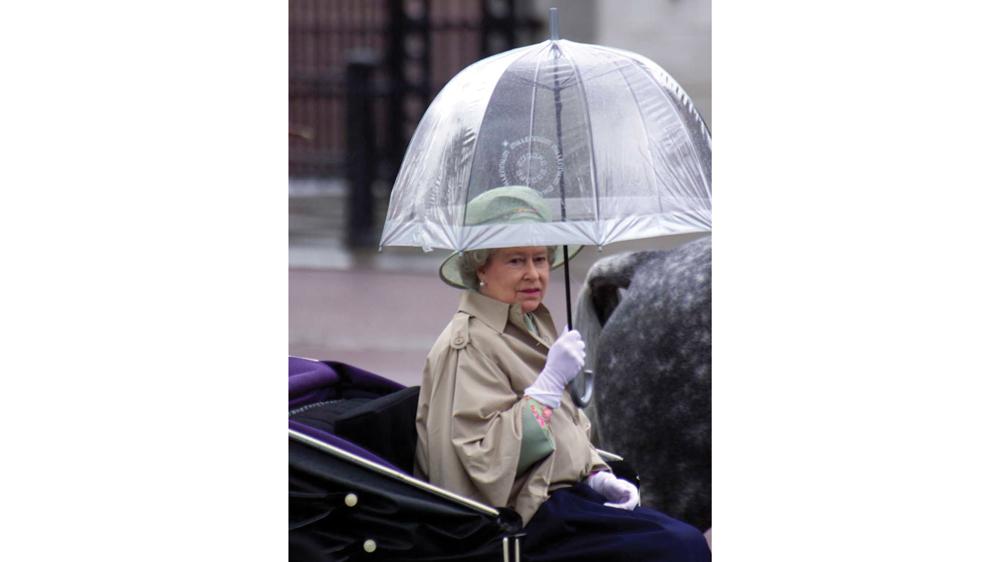 queen elizabeth carrying a fulton umbrella