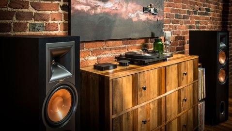 Klipsch R-28PF floor-standing speakers turntable