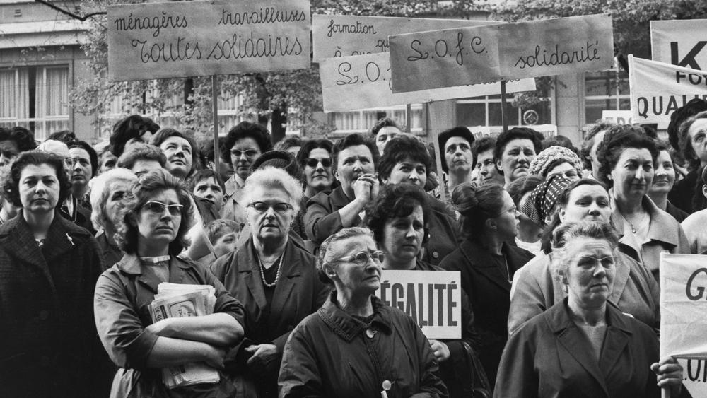 RÈunion de femmes ‡ la MutualitÈ. Paris (VËme arr.), 1964. Photographie de Janine Niepce (1921-2007).