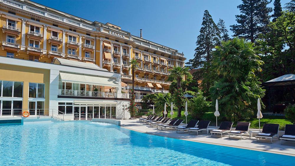 Hotel Palace Piscina di Giorno