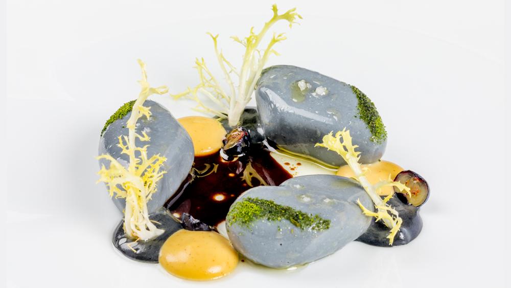 Foie gras en galets poché dans un bouillon iodé-vinaigré