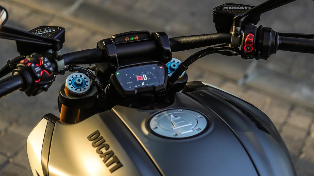 The bike's backlit handlebar controls and 3.5-inch TFT dash screen.