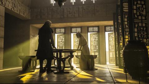Barristan Selmy (Ian McElhinney) and Daenerys Targaryen (Emilia Clarke) discuss strategy in Meereen Palace.