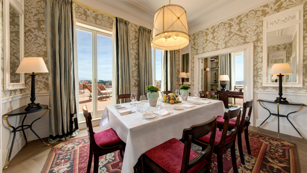 The dining room in the Suite de la Ville.