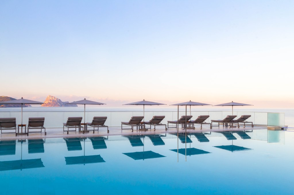 10 Extravagant Hotel Pools To Cool You Off In Style Robb Report