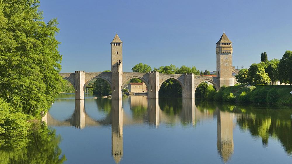 France, Midi-Pyrenees, Pont Valentre on the Lot River.
