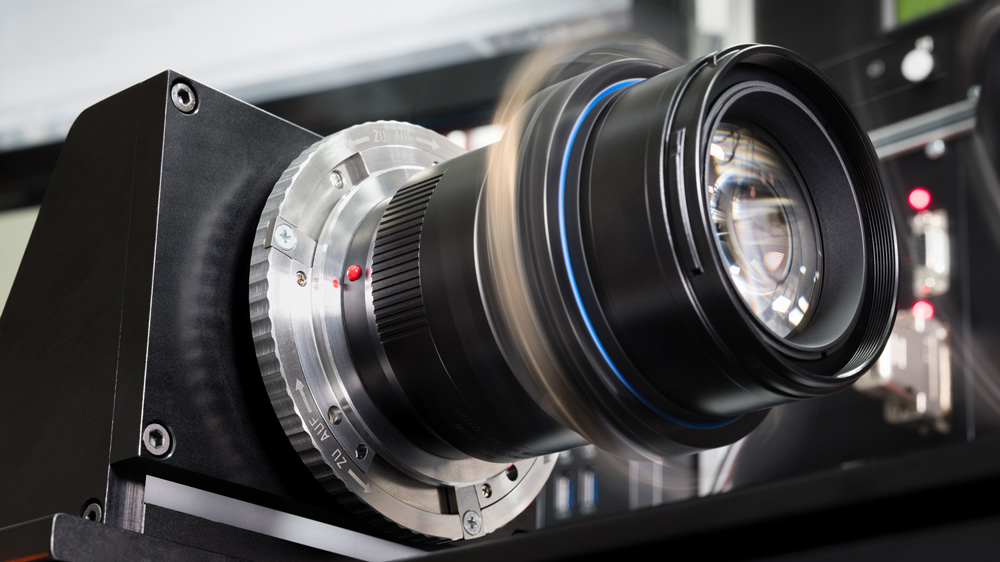 Quality control of the focusing mechanism on the Leica SL2.