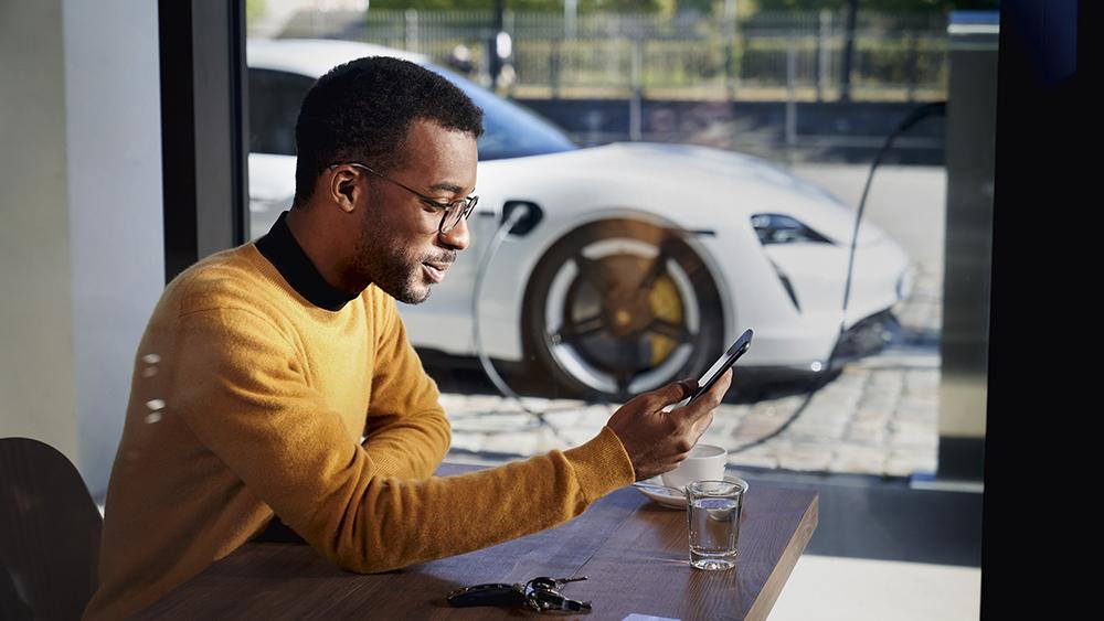 A customer using Porsche Finder