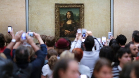 A crowd tries to get a glimpse at the Mona Lisa