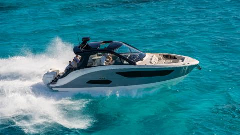 Sea Ray's new 370 Outboard showcases its ne design