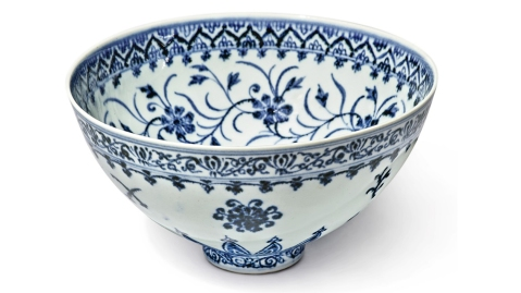 """White and blue """"floral"""" bowl dating back to the Ming Dynasty"""