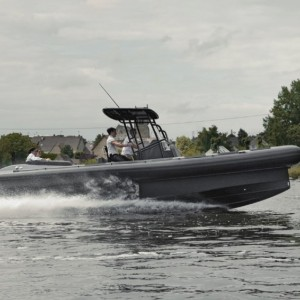 In boat mode, the Iguana resembles several modern European boat brands, with the vertical bow and high gunwales. The landing gear folds into the shape of the hull, like the wheels of an airplane, so it runs smoothly, even in seas. The boat is made of aluminum and carbon to keep weight low. Thanks to the twin outboards and modern running surface, the boat has the same kind of power as a traditional motorboat of its size.